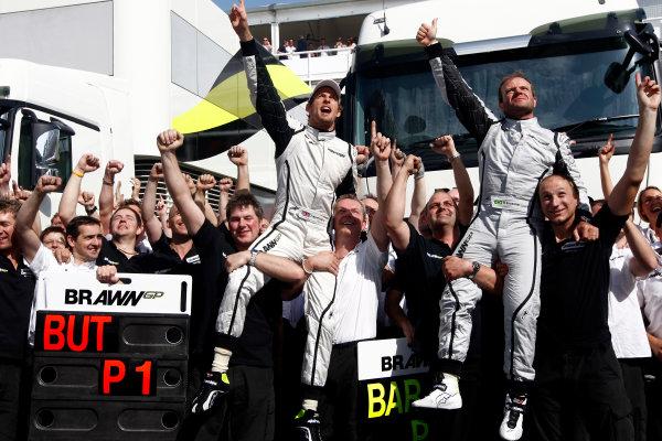 Circuit de Catalunya, Barcelona, Spain10th May 2009Jenson Button, Brawn GP BGP001 Mercedes and Rubens Barrichello, Brawn GP BGP001 Mercedes celebrate with the team.World Copyright: Andrew Ferraro/LAT Photographicref: Digital Image _H0Y6316