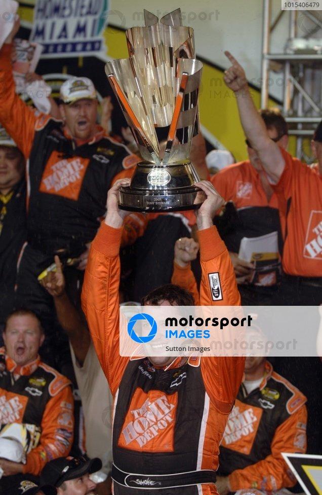 Tony Stewart (USA) celebrates winning the Nextel Cup with his crew. NASCAR Nextel Cup, Rd36, Homestead-Miami Speedway, Florida, USA, 20 November 2005. DIGITAL IMAGE