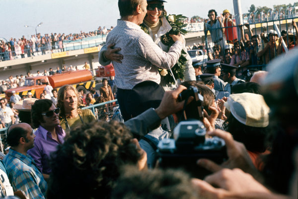 1973 Argentinian Grand Prix.  Buenos Aires, Argentina. 26-28th January 1973.  Emerson Fittipaldi, Lotus 72D Ford, 1st position, is congratulated by Juan Manuel Fangio.  Ref: 73ARG57. World Copyright: LAT Photographic