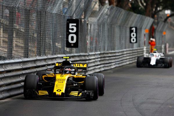Carlos Sainz Jr., Renault Sport F1 Team R.S. 18, leads Sergey Sirotkin, Williams FW41 Mercedes.