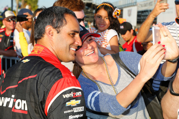 27-29 March, 2015, St Petersburg, Florida USA Juan Pablo Montoyacelebrates his win with the fans ?2015, Russell LaBounty LAT Photo USA