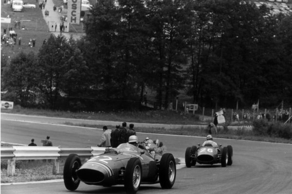 1960 Belgian Grand Prix Spa-Francorchamps, Belgium. 19 June 1960 Willy Mairesse, Ferrari Dino 246, retired, leads Wolfgang von Trips, Ferrari Dino 246, retired, action World Copyright: LAT PhotographicRef: Autosport b&w print. Published: Autosport, 24/6/1960 p866
