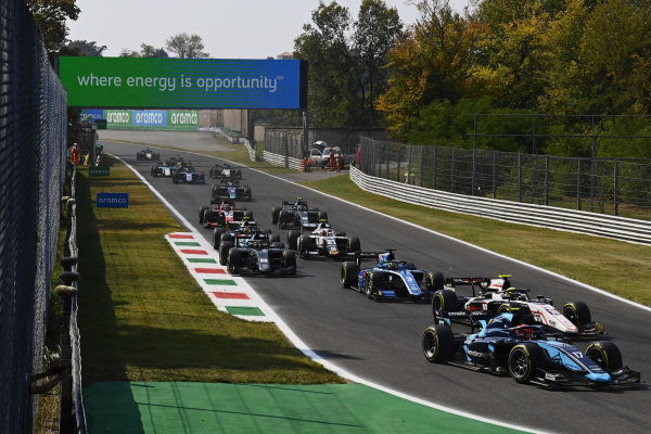 Marcus Armstrong (NZL, DAMS), leads Theo Pourchaire (FRA, ART Grand Prix), and Guanyu Zhou (CHN, Uni-Virtuosi Racing)