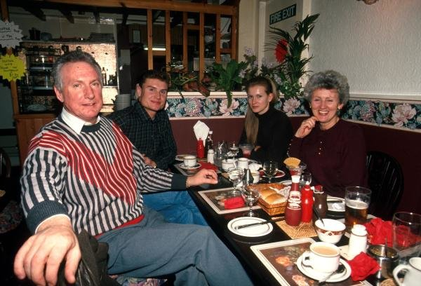David Coulthard (GBR) (left) enjoys a meal with girlfriend Andrea Murray opposite and his parents.Catalogue Ref.: 15-164Formula One Drivers at Home. Sutton Motorsport Images Catalogue