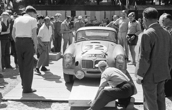 Le Mans, France. 25-26 June 1960. Ted Lund/Colin Escott (MG A Twin Cam), 12th position. Ref-861M/16A. World Copyright - LAT Photographic