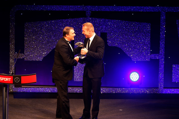 2016 Autosport Awards. Grosvenor House Hotel, Park Lane, London. Sunday 4 December 2016.  Sir Chris Hoy presents Nigel Mansell with the Gregor Grant Award  World Copyright: /LAT Photographic. ref: Digital Image _14P0382