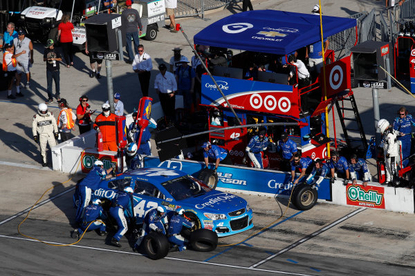 Monster Energy NASCAR Cup Series AAA Texas 500 Texas Motor Speedway Fort Worth, TX USA Sunday 5 November 2017 Kyle Larson, Chip Ganassi Racing, Credit One Bank Chevrolet SS, pit stop World Copyright: Michael L. Levitt LAT Images