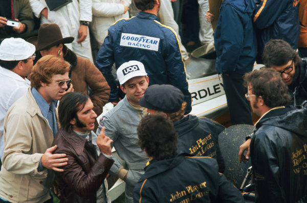 1973 Canadian Grand Prix.  Mosport Park, Ontario, Canada. 21st-23rd September 1973.  Emerson Fittipaldi, Lotus, 2nd position, and Jackie Oliver, Shadow, 3rd position, in conversation with Colin Chapman, Lotus.  Ref: 73CAN06. World copyright: LAT Photographic
