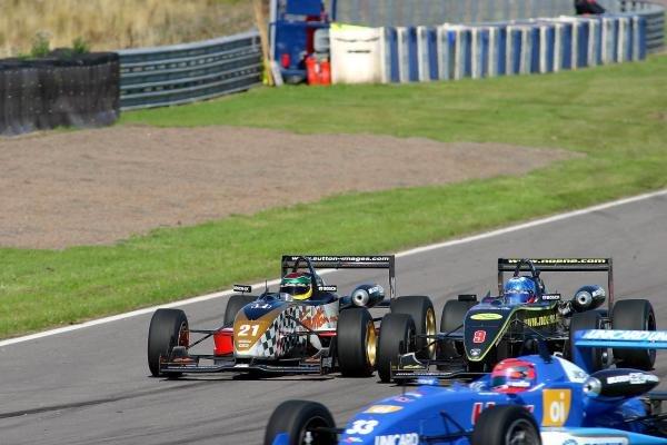 Alan van der Merwe (RSA) Carlin Motorsport looks for a way past Clivio Piccione