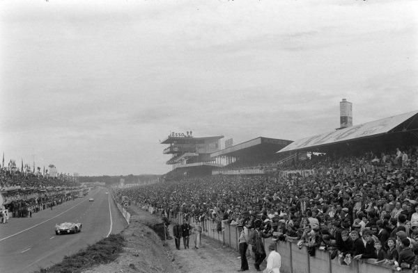The spectator areas are packed as Edgar Berney / Andrè Wicky, Prototipi Bizzarini SAL, Bizzarini Sport P538 Spider - Chevrolet, passes.
