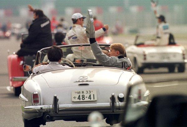 Japanese Grand Prix.Suzuka, Japan.30/10-1/11 1998.Mika Hakkinen (McLaren Mercedes-Benz) waves to the fans during the drivers parade lap.World Copyright - LAT Photographic