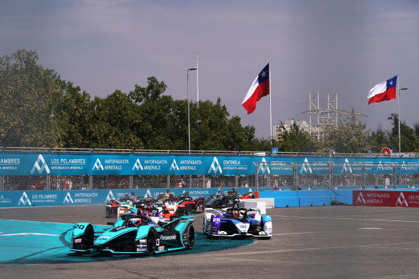 Mitch Evans (NZL), Panasonic Jaguar Racing, Jaguar I-Type 4, leads Maximilian Günther (DEU), BMW I Andretti Motorsports, BMW iFE.20, at the start of the race
