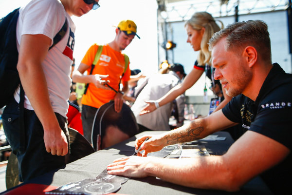 Kevin Magnussen, Haas F1 signs autographs for fans
